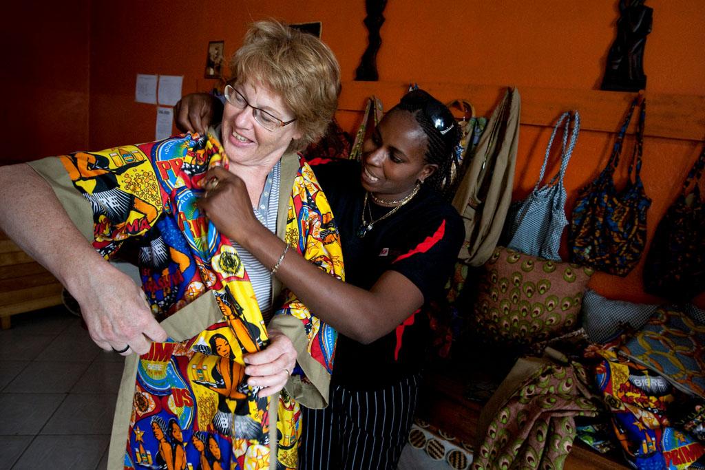 Cornelia F¸llkrug-Weitzel bei der Anprobe neuer Kleidung