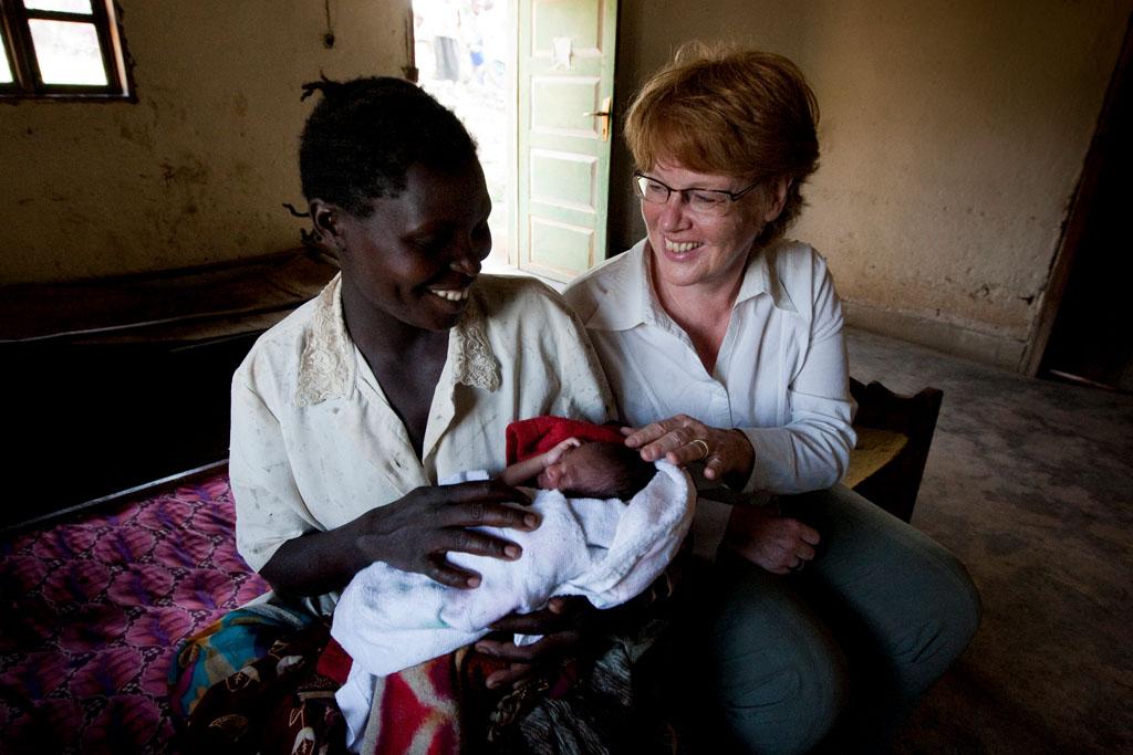 Cornelia Fuellkrug-Weitzel mit einer jungen Mutter auf einer Gesundheitsstation
